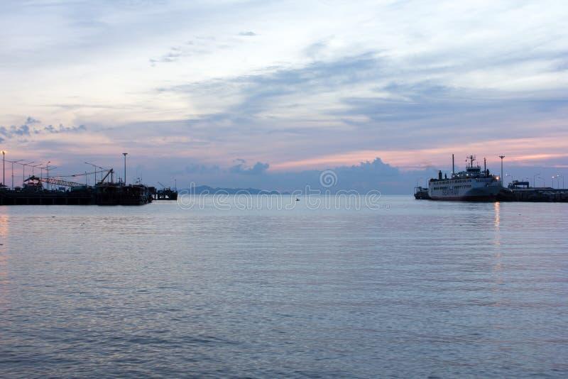 在轮渡码头的日落在晚上 库存照片
