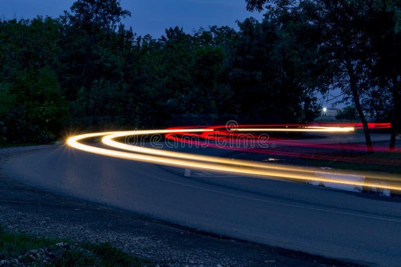 在轮的交通在晚上 图库摄影