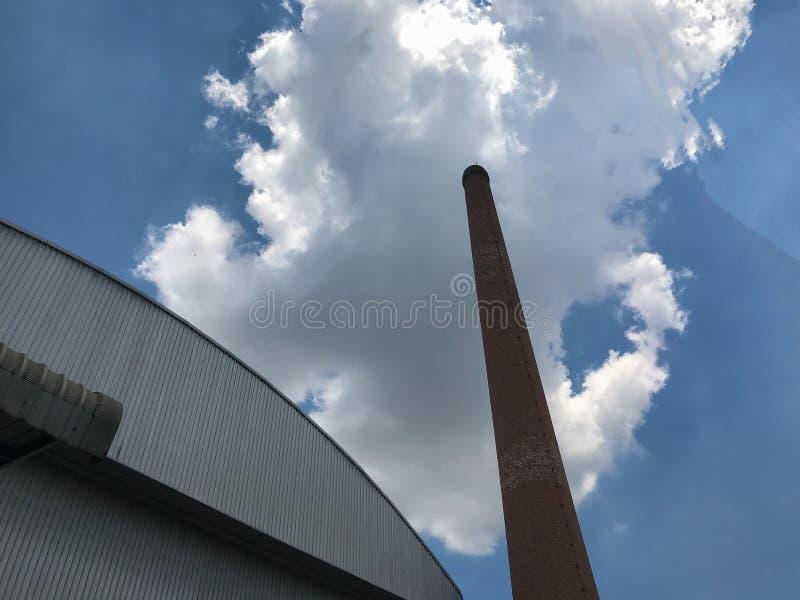 在轮胎工厂,空气污染的砖窑 免版税库存照片