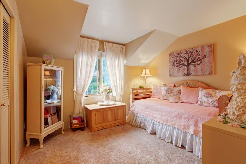 在软的口气的浪漫女孩卧室内部 免版税库存图片