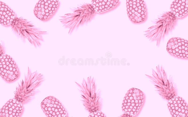 在软的桃红色背景的抽象桃红色菠萝框架 免版税库存照片
