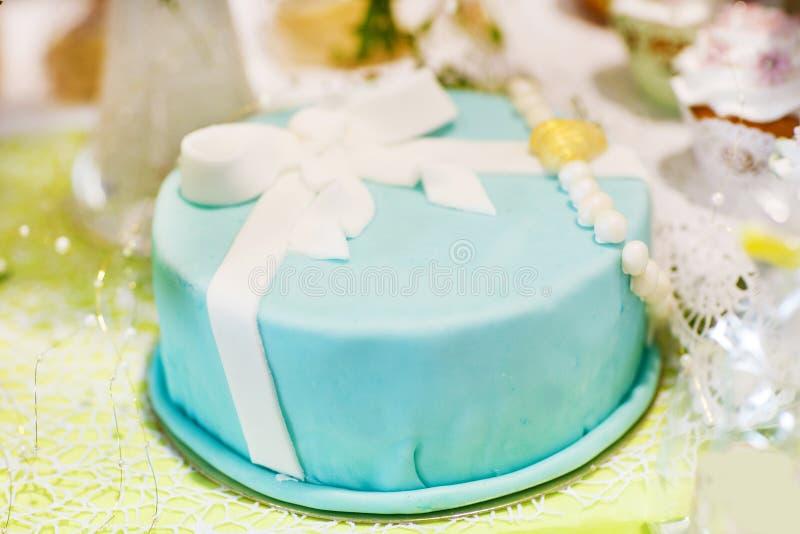 在软绵绵地蓝色或绿松石的可口美丽的婚宴喜饼 图库摄影