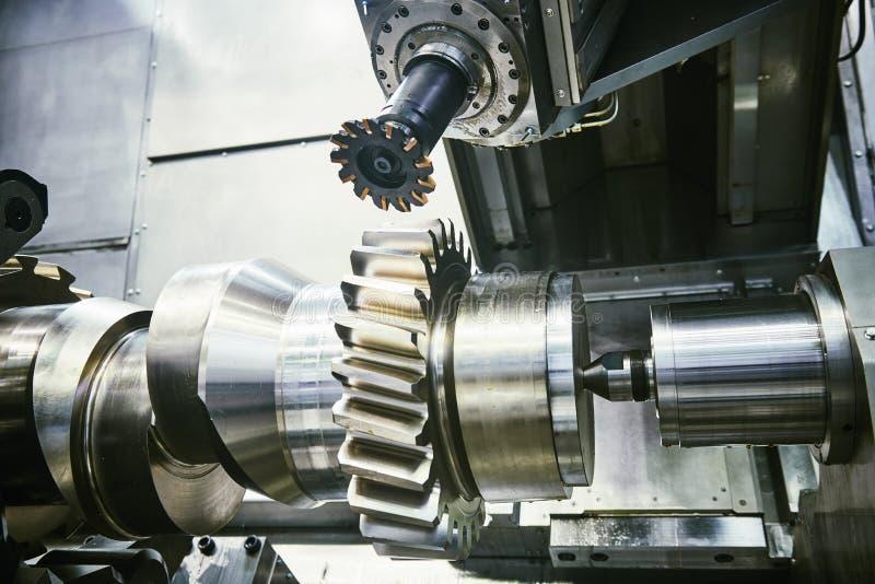 在轴碾碎的过程的钝齿轮 加工由垂直的磨房的工业CNC金属 库存照片