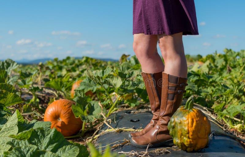 在轻松的妇女的脚的祖传遗物南瓜 免版税库存照片