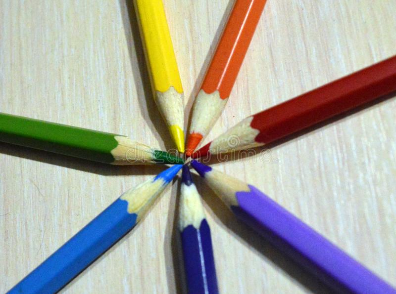 在轻的木背景的颜色铅笔 库存照片
