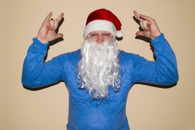 在轻的背景的圣诞老人跳舞 他在坚苦工作以后庆祝圣诞节 免版税库存图片