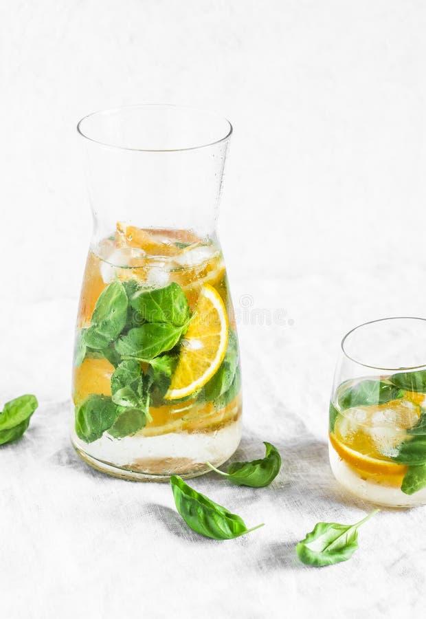 在轻的背景的橙色蓬蒿戒毒所柠檬水 素食主义者,饮食,减重,夏天饮料 免版税库存图片
