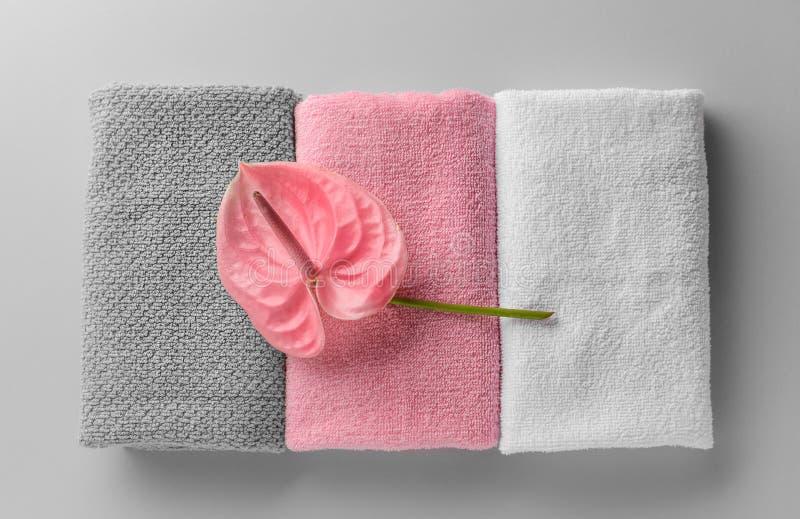 在轻的背景的被折叠的清洁毛巾 库存照片