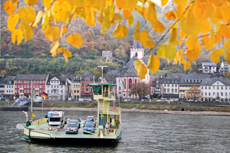 在载汽车轮船莱茵河间 库存照片