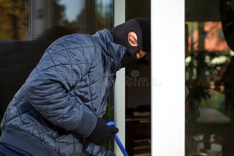 在输入的侵入家宅者对房子期间 图库摄影