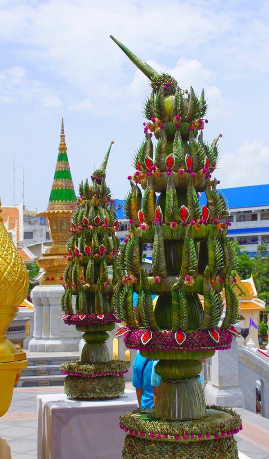 在输入附近的亦称两片香蕉叶子设施对Wat Traimit金黄菩萨寺庙,曼谷,泰国 免版税图库摄影