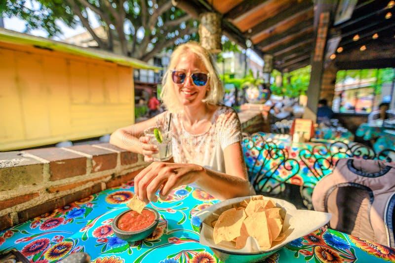 在辣调味汁的烤干酪辣味玉米片 免版税图库摄影