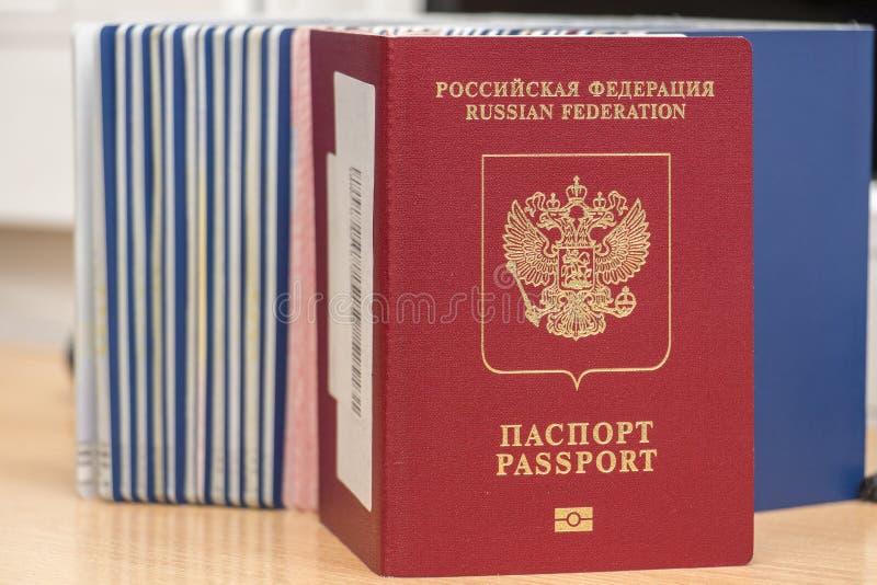 在边境管制期间俄罗斯生物识别护照上的其他文件 题词 — 俄罗斯联邦 护照 特写 库存照片