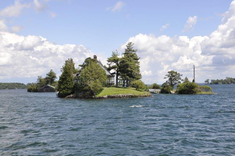在边界美国和加拿大之间的最小的桥梁从一千个海岛群岛 免版税库存照片