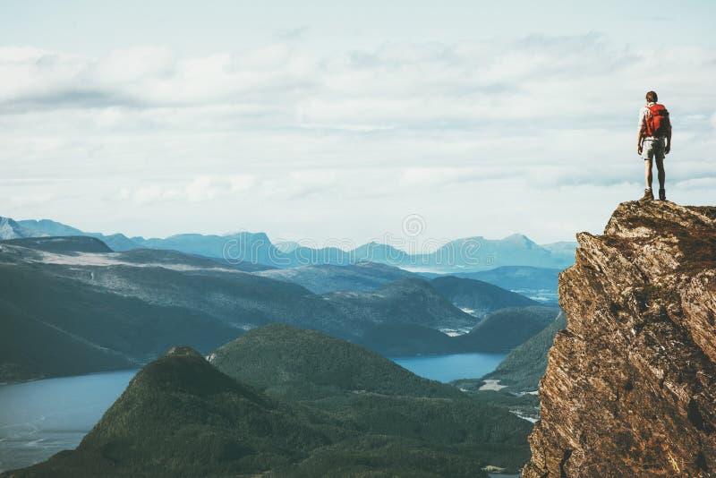 在边缘旅客的生活峭壁山的 免版税库存照片