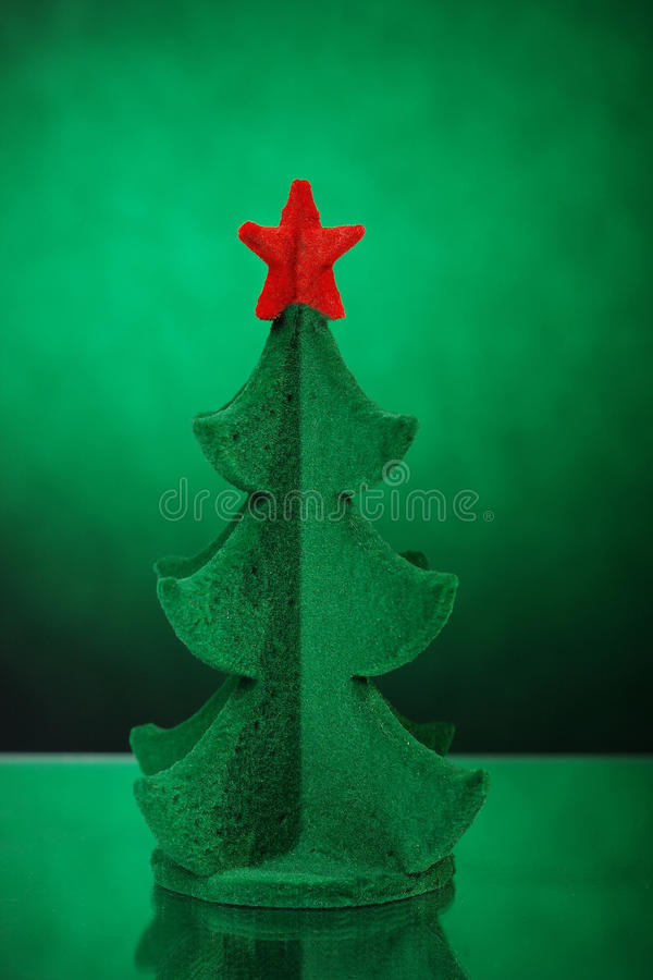 在边缘的绿色树玩具与一个红色星 免版税库存图片