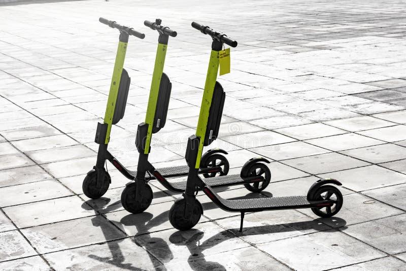 在边路停放的少量电滑行车 免版税库存图片