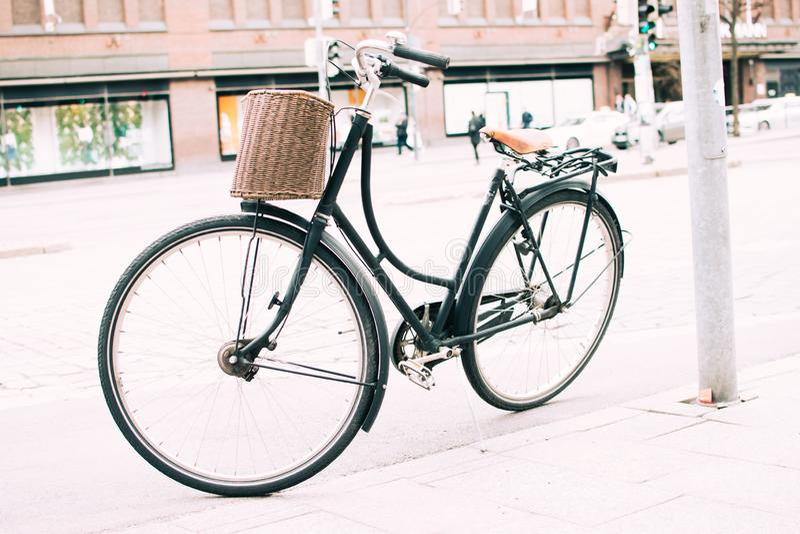 在边路停放的自行车 库存照片