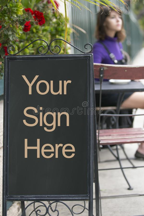 在边路咖啡馆的空的标志板 库存照片