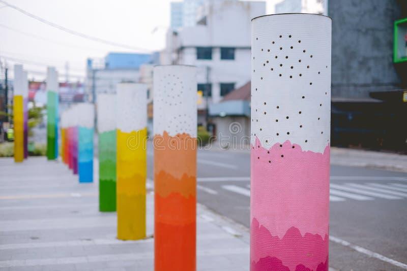 在边路的五颜六色的柱子 免版税库存图片
