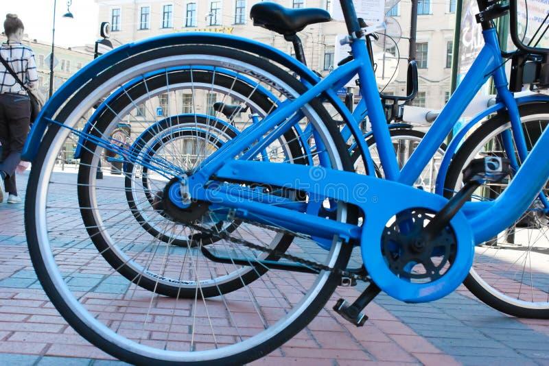 在边路的停放的自行车 自行车在街道上的自行车停车处 免版税库存图片