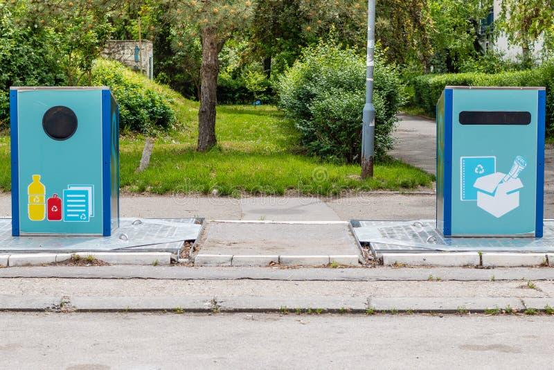 在边路的回收站 免版税图库摄影
