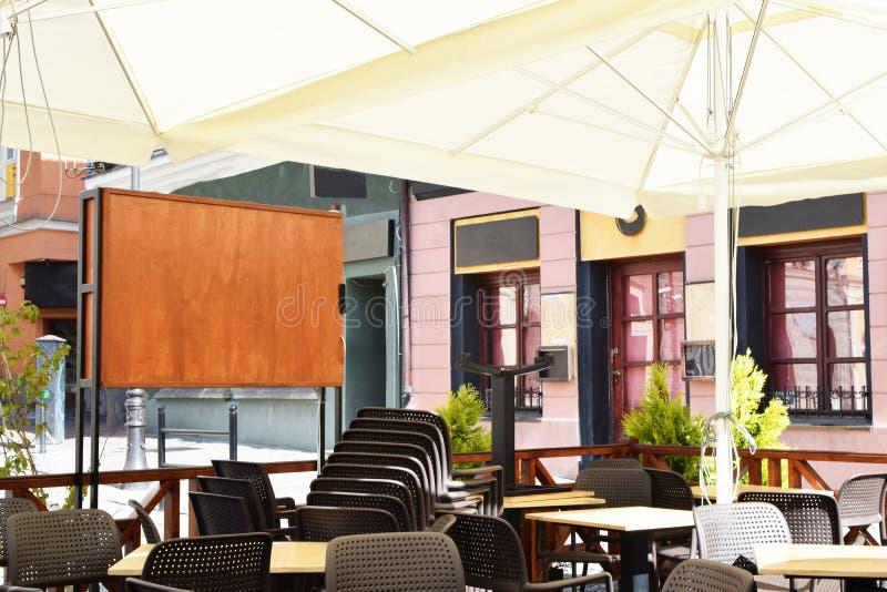 在边路的室外咖啡馆 免版税库存照片