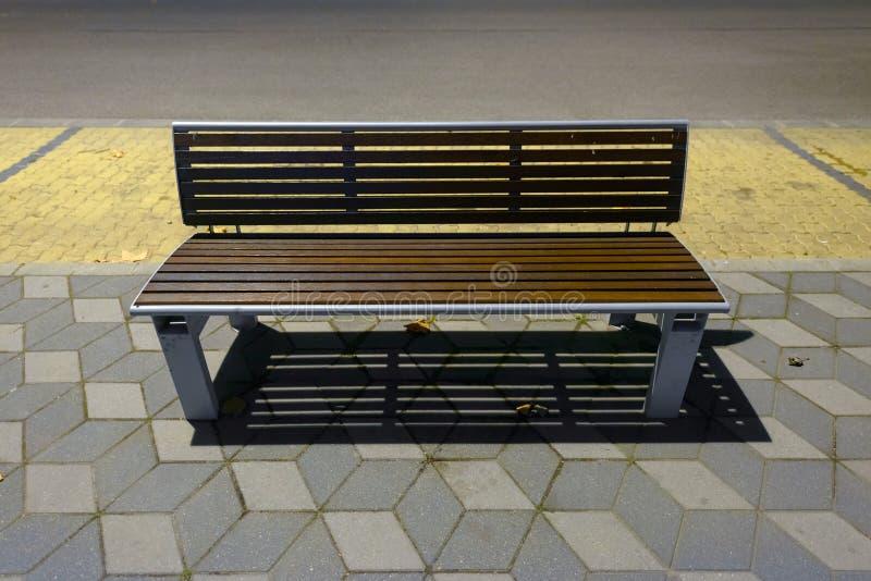 在边路的现代长凳 免版税库存照片