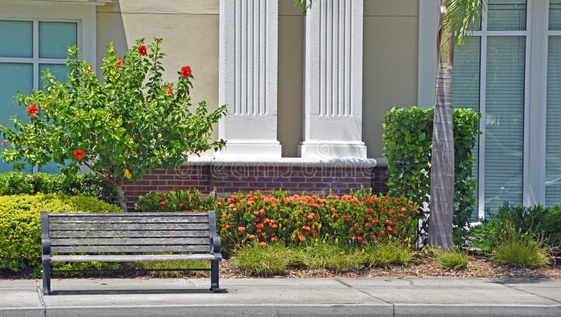 在边路的空的长凳 免版税库存照片