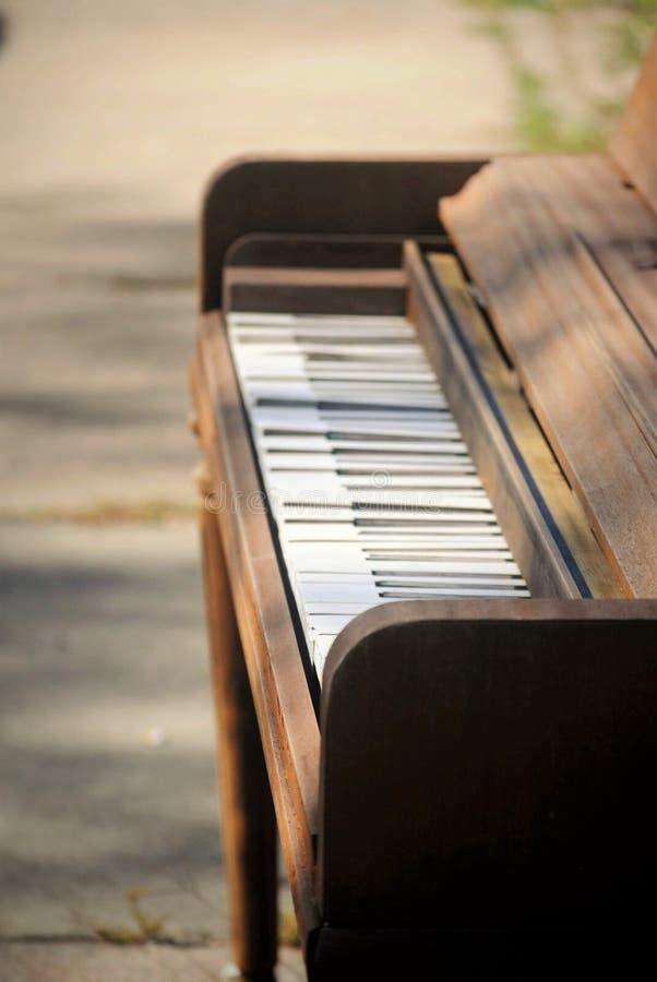 在边路的老钢琴 库存图片