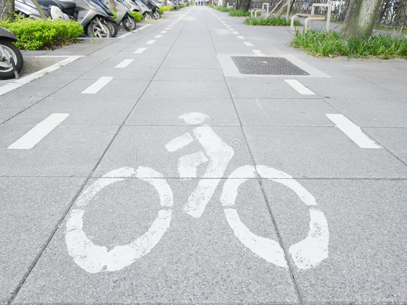 在边路的自行车标记 免版税库存照片