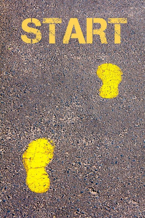 在边路的黄色脚步往起动消息 库存图片