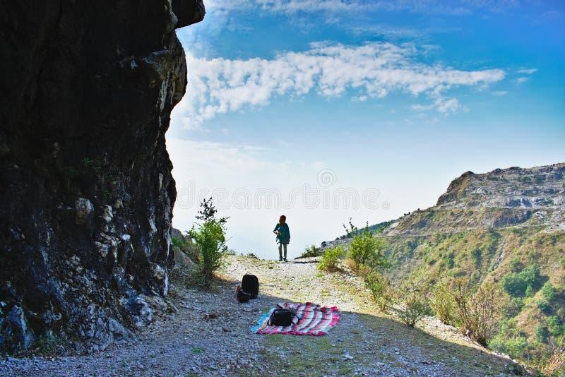 在迁徙在mussourie Dehra Dun uttarakhand印度的山顶部的妇女徒步旅行者  免版税库存图片