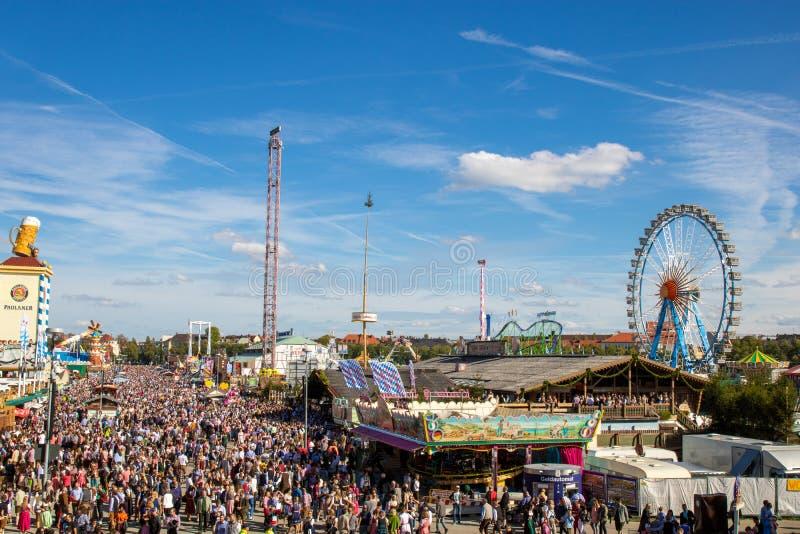 在过度拥挤oktoberfest的大角度看法在慕尼黑 免版税库存图片