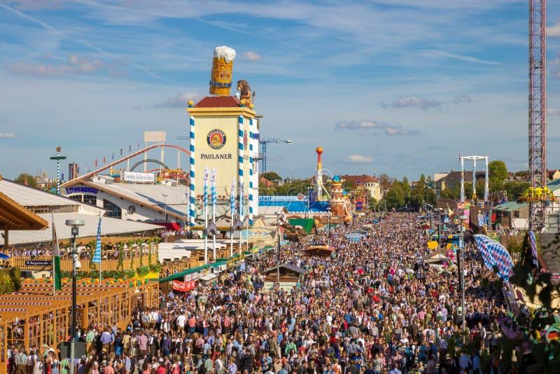 在过度拥挤oktoberfest的大角度看法在慕尼黑 库存图片
