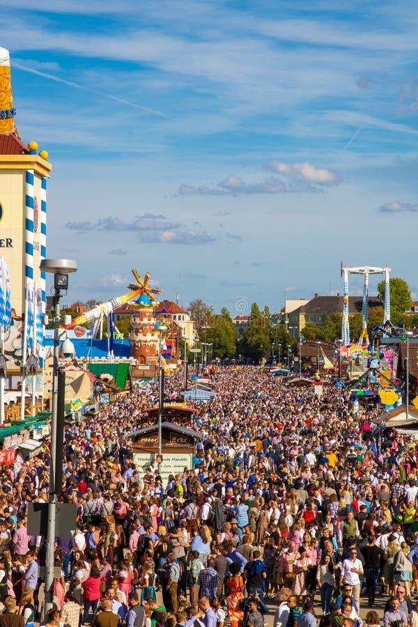 在过度拥挤oktoberfest的大角度看法在慕尼黑 库存照片