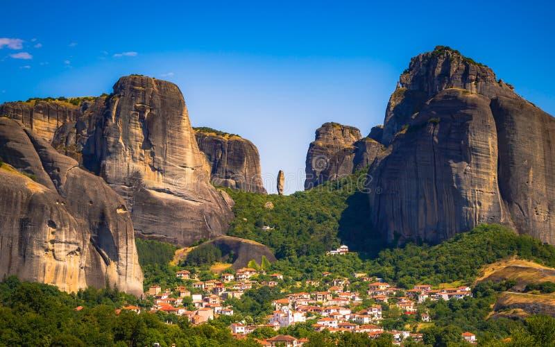 在迈泰奥拉, Kastraki,希腊的剧烈的岩层 免版税库存照片