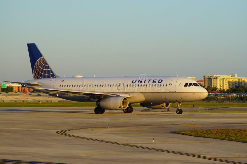 在迈阿密国际机场MIA的联航飞机 库存照片