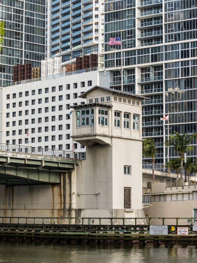 在迈阿密河的桥梁零件在迈阿密,佛罗里达,美国 图库摄影