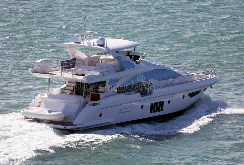 在迈阿密海滩佛罗里达加勒比小船的豪华生活游艇 免版税库存照片