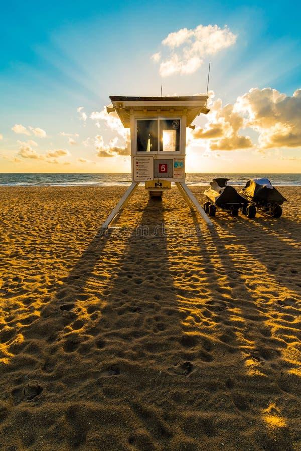在迈阿密海滩的救生员塔的阴影日出的,佛罗里达,美国 库存照片
