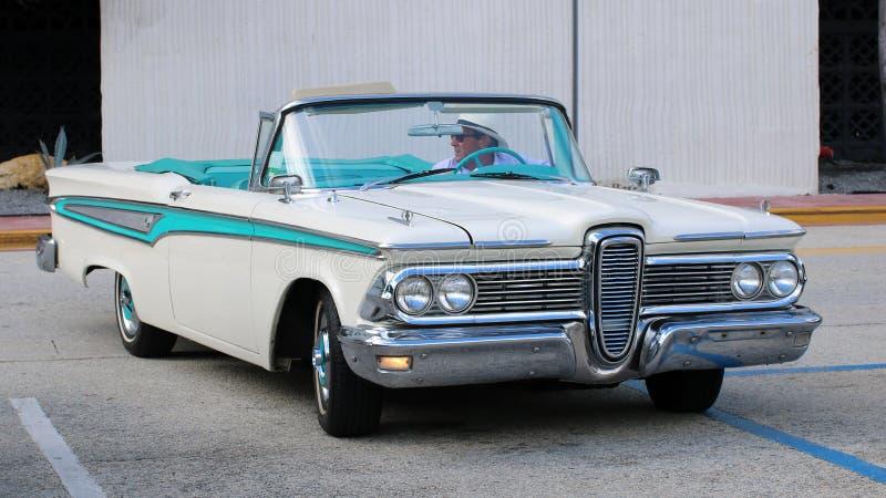 在迈阿密海滩街道的独特的白色和蓝色老经典汽车  免版税库存图片