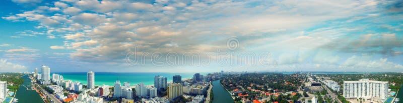 在迈阿密海滩,空中全景的蓝天 库存照片