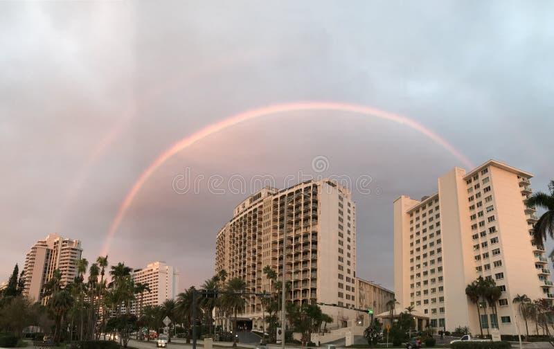 在迈阿密,佛罗里达-迈阿密-佛罗里达多云天空的一条彩虹  库存图片