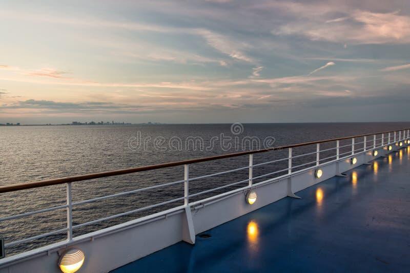 在迈阿密,美国运输委员会在晚上天空的蓝色海 在田园诗海景的舰上 水源运行,远航,旅途 katya krasnodar夏天领土假期 库存图片