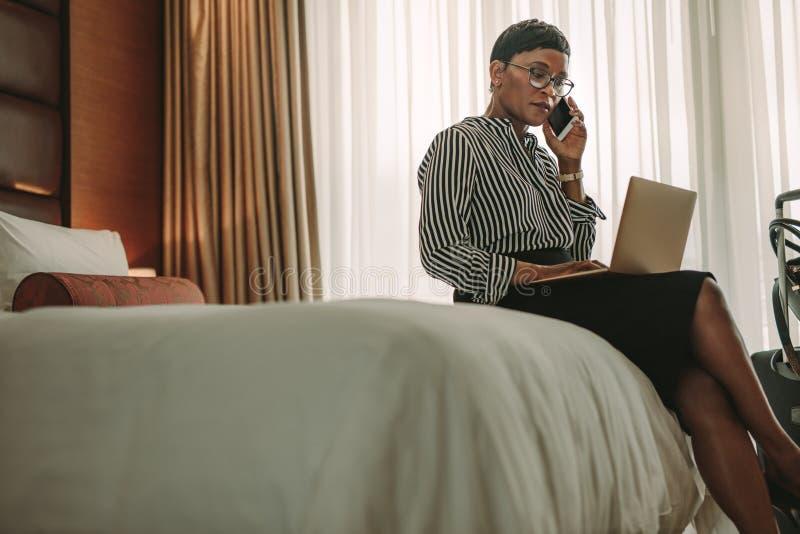 在运作从酒店房间的游览中的女实业家 库存图片