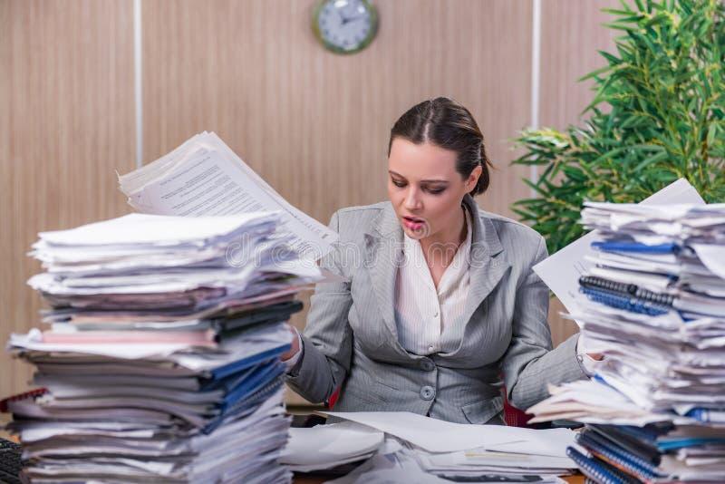 Download 在运作在办公室的重音下的女实业家 库存照片. 图片 包括有 女性, 沮丧, 动物, 女实业家, 执行委员 - 72357630