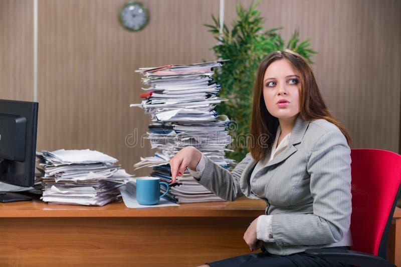 Download 在运作在办公室的重音下的女实业家 库存照片. 图片 包括有 俄国猎狼犬, 失败, 专业人员, 超时, 延迟 - 72357738