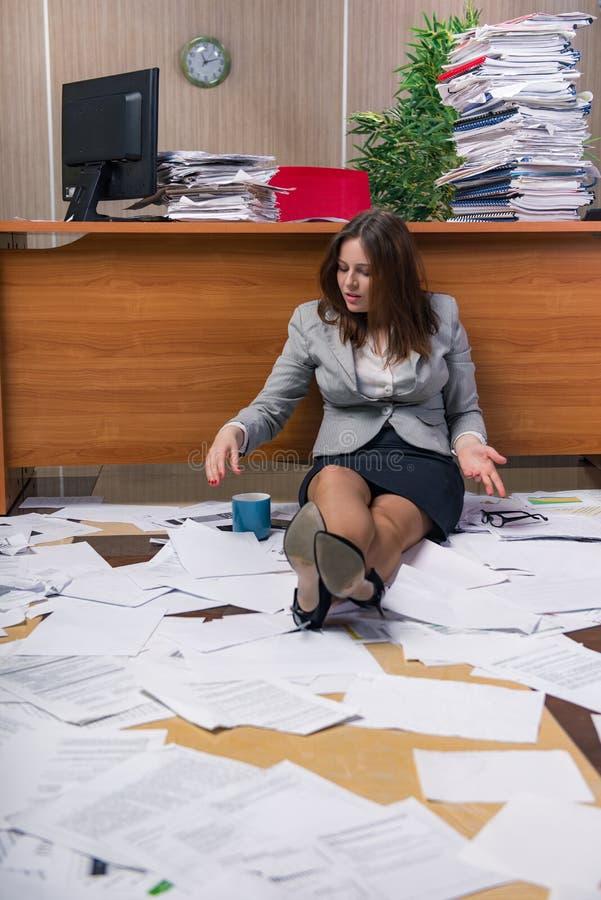 Download 在运作在办公室的重音下的女实业家 库存图片. 图片 包括有 超时, 商业, 延迟, 执行委员, 文书工作 - 72357791
