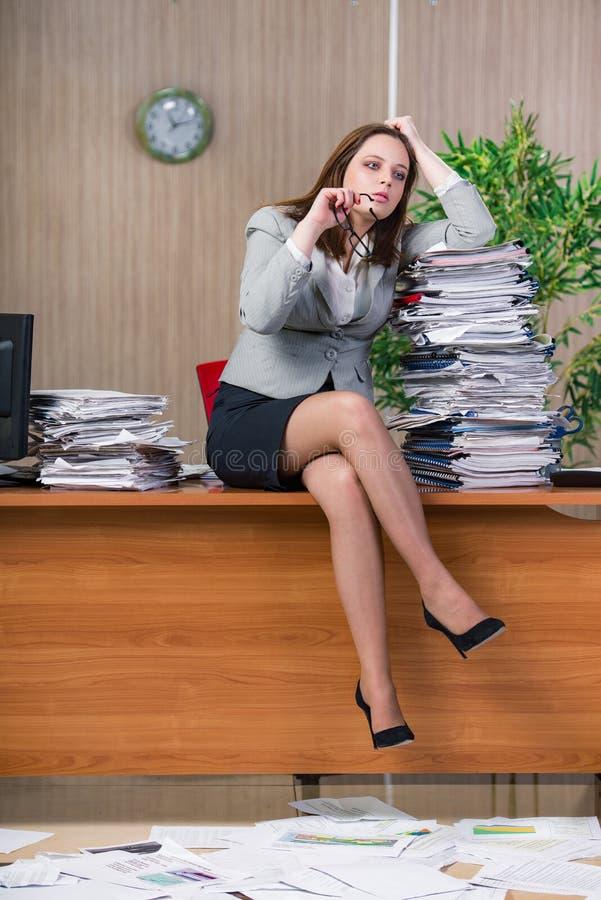 Download 在运作在办公室的重音下的女实业家 库存图片. 图片 包括有 办公室, 勤勉, 专业人员, 幽默, 执行委员 - 72358027